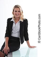 mujer de negocios, perched, ella, escritorio