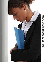 frustrado, mulher, inclinar-se, dela, cabeça, contra,...