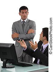 jefe, teniendo, discusión, el suyo, defensivo,...