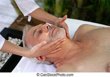 Sênior, desfrutando, massagem, homem