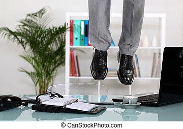 hombre de negocios, techo, ahorcadura