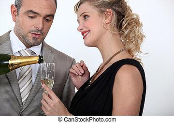 mulher, servindo, champanhe
