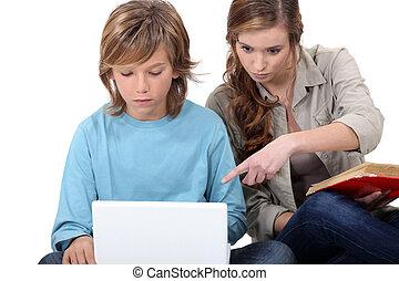 jovem, mulher, ajudando, Menino, seu, computador
