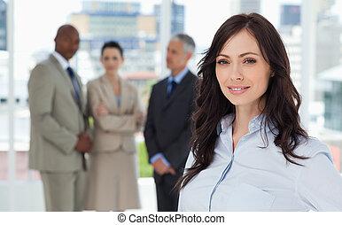 mujer de negocios, sonriente, posición, brillante,...