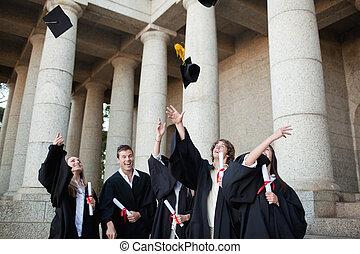 graduados, lanzamiento, su, sombreros, cielo