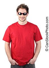hombre, vestido, rojo, Camiseta, Llevando, gafas de sol