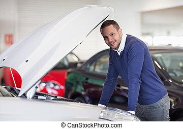 hombre, propensión, encima, coche