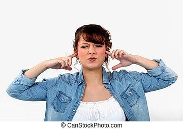 mulher, bloqueando, dela, orelhas