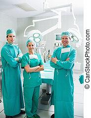 cirujanos, sonriente, brazos, cruzado