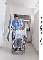 Enfermera, Empujar, paciente, sílla de ruedas