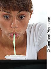 expressivo, mulher, tendo, bebida, Palha