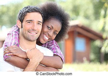 interracial, pareja, Se abrazar