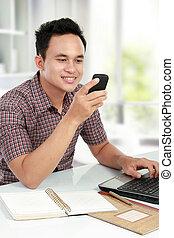 homme, utilisation, ordinateur portable, texting, mobile,...