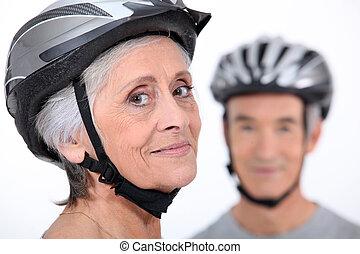 más viejo, pareja, Llevando, ciclismo, cascos