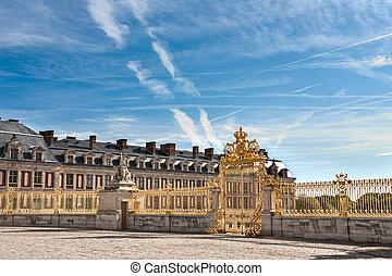 Grille royale du château de Versailles. Separates the main...