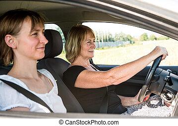 Sênior, mulher, filha, dirigindo, car