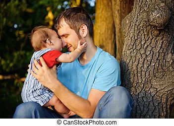 filho, beijando, seu, pai