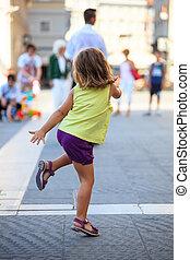 niño, calle, bailando