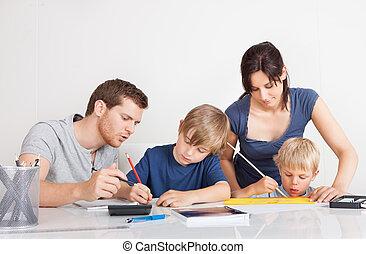 pais, ajudando, seu, crianças, dever casa