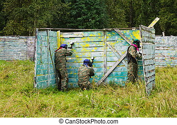 Paintball players took the defense in the shelter -...