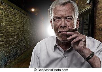 Sênior, homem, fumar, charuto