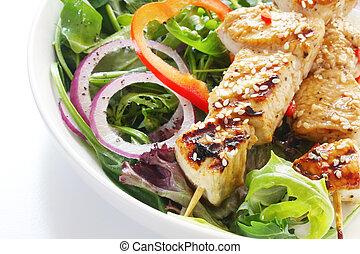 galinha, kebabs, salada