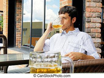 jovem, homem, bebendo, Cerveja