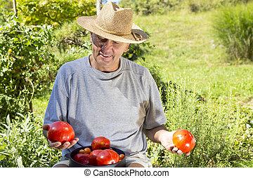sonriente, hombre, actuación, orgánico, tomate