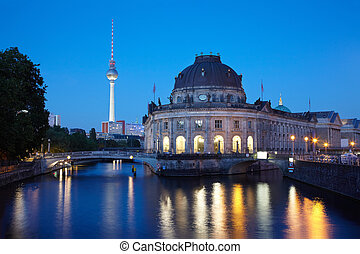 Spree river, Berlin at night - Museum Island on Spree river,...
