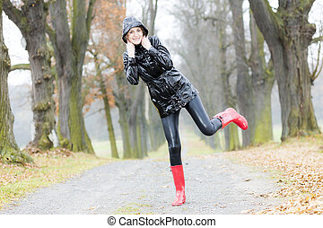 Llevando, mujer, Otoñal, callejón, caucho, botas