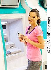 jovem, mulher, retirando, Dinheiro, ATM