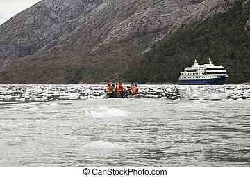 antarctica excursion - excursion by rubber boat in...