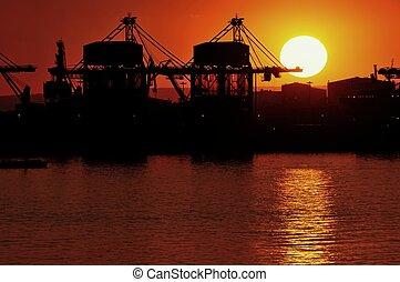 Il porto mercantile al tramonto