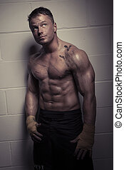 Bodybuilder, zadumany, przystojny