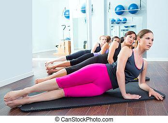 Pilates, grupo, estera, gimnasio, instructor, acostado,...