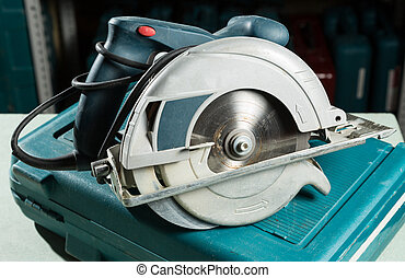 Circular saw blade with goggles