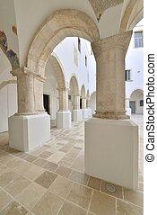 Colonnato di un edificio storico - Atrio interno e colonnato...