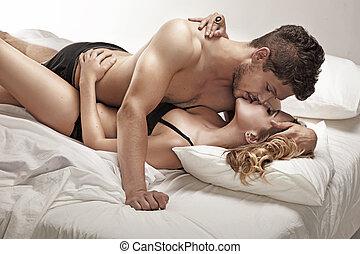 jovem, par, beijando