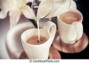 dos, tazas, café, decoración, vertido, leche