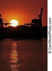 Il tramonto sul porto mercantile