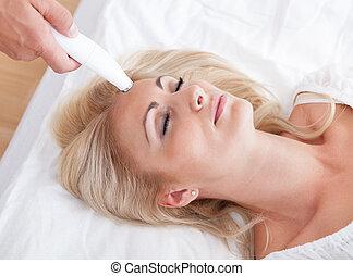 jeune, femme, pendant, cosmétique, traitement
