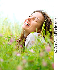 hermoso, joven, mujer, acostado, pradera, flores, gozar,...