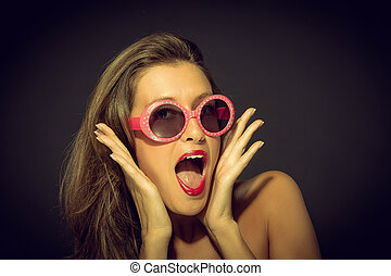 WOW Retro Style - Screaming woman with rose glasses...