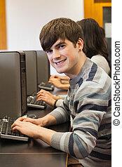 sonriente, computadora, habitación, hombre, Sentado