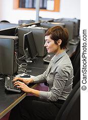 鍵入, 婦女, 電腦, 集中, 坐