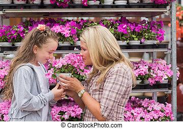 mãe, filha, cheirando, planta
