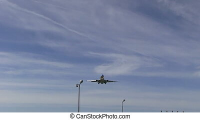 Big airliner approach overhead - This is high quality HD...