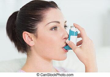mulher, usando, asma, inalador