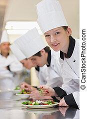 sonriente, Chef, Mirar, Arriba, preparando, ensalada