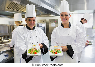 cozinheiro, mostrando, salmão, dois, pratos